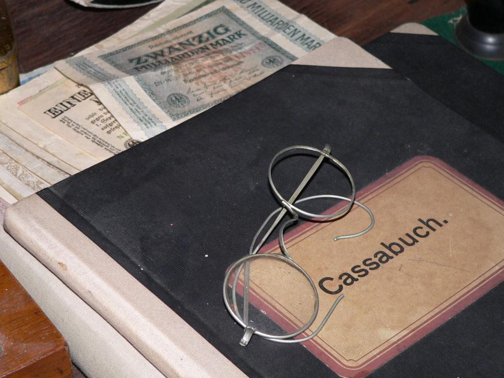 Geldscheine mit aufgedruckten Milliardenbeträgen sind heute glücklicherweise keine im Umlauf. Bekanntlich war die Inflationswährung keinen Pfifferling wert. | Foto: B. Schneider