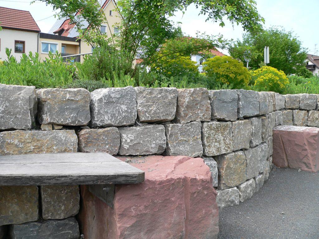 Trockenmauer aus regionalen Baumaterialien | Foto: B. Schneider