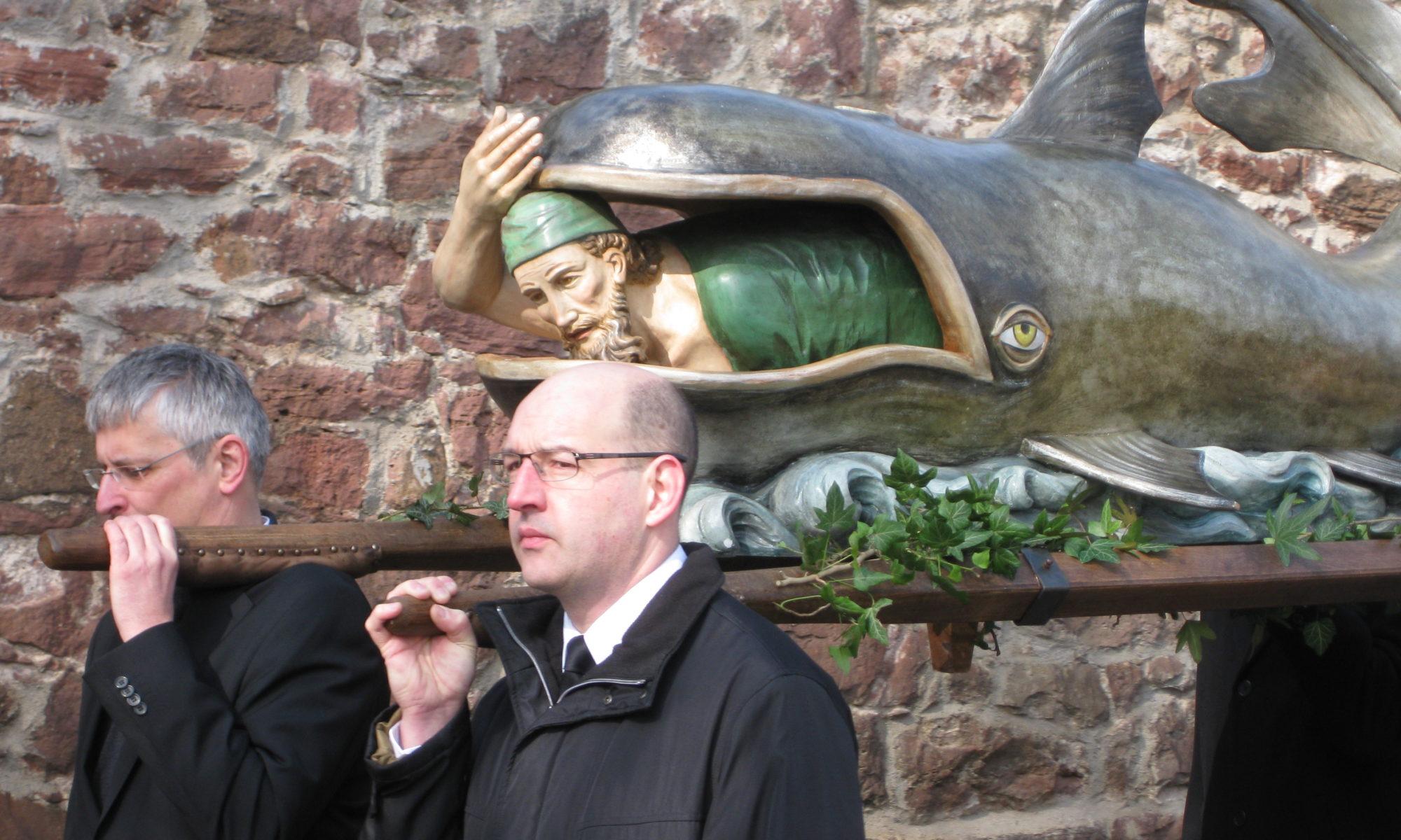 Jona im Walfisch bei der Lohrer Karfreitagsprozession 2010 | Foto: B. Schneider