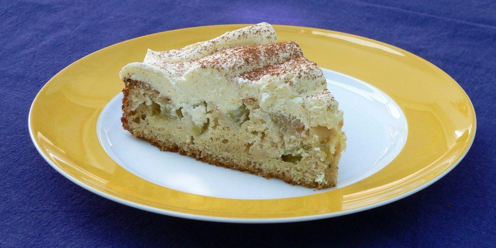 Rhabarberkuchen mit Quark-Schmand-Creme | Foto: B. Schneider