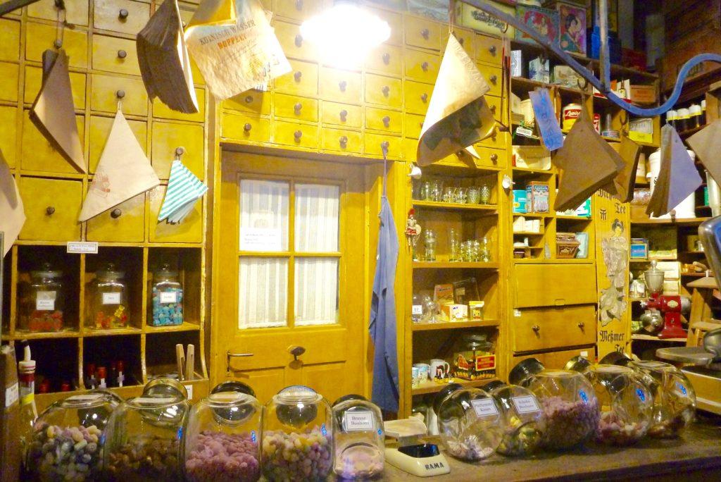 Kaufladen des Spessartmuseums mit jeder Menge Süßigkeiten | Foto: B. Schneider