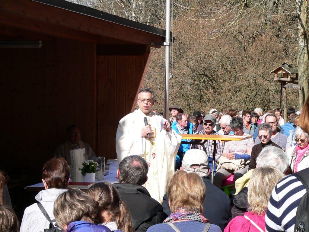 Pfarrer Alexander Eckert predigt am Sylvan. | Foto: B. Schneider