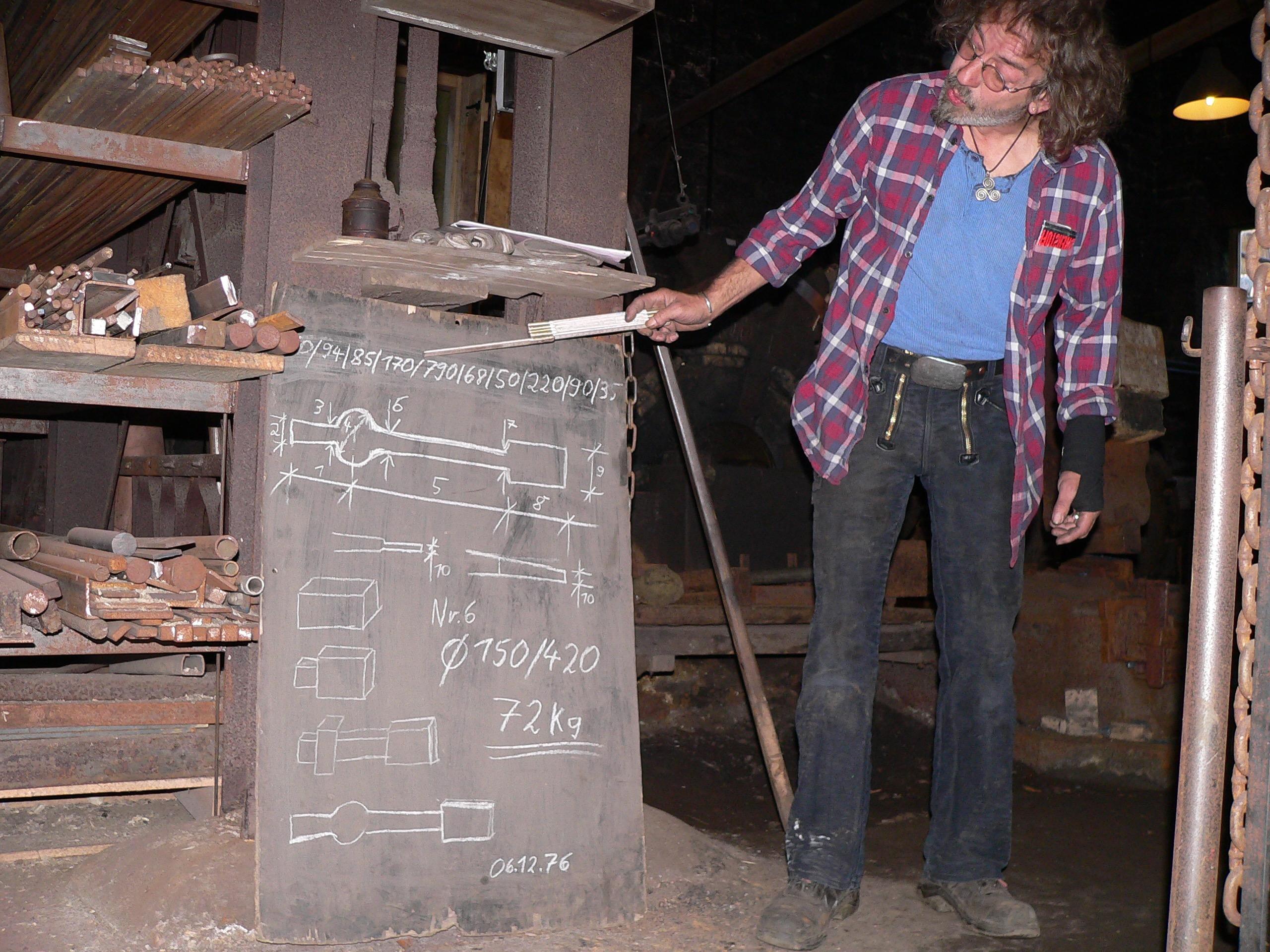 Millimeterarbeit ist es, einen Glockenklöppel zu schimieden. Jeder Abschnitt ist genau vermaßt. | Foto: B. Schneider