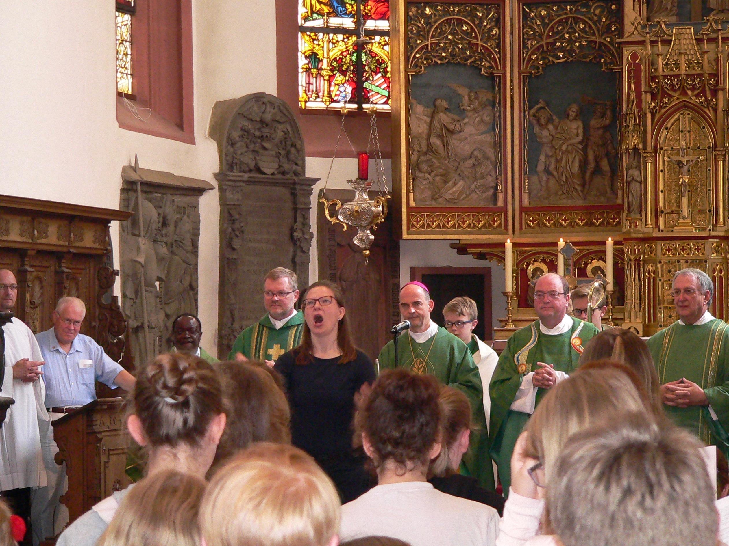 Mädchen und Jungen singen unter der Leitung von Diözesanchordirektorin Anke Willwohl zur Ehre Gottes. | Foto: B. Schneider