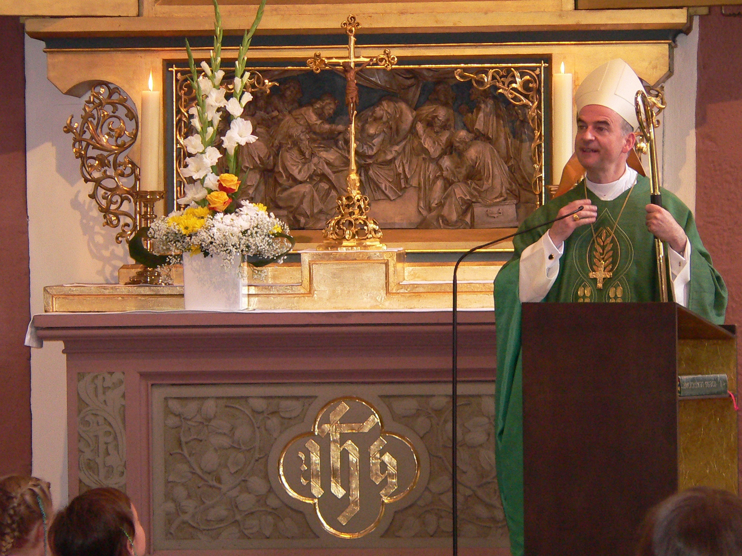 Zum Beginn seiner Predigt trägt Bischof Franz Jung ein Lied vor. | Foto: B. Schneider
