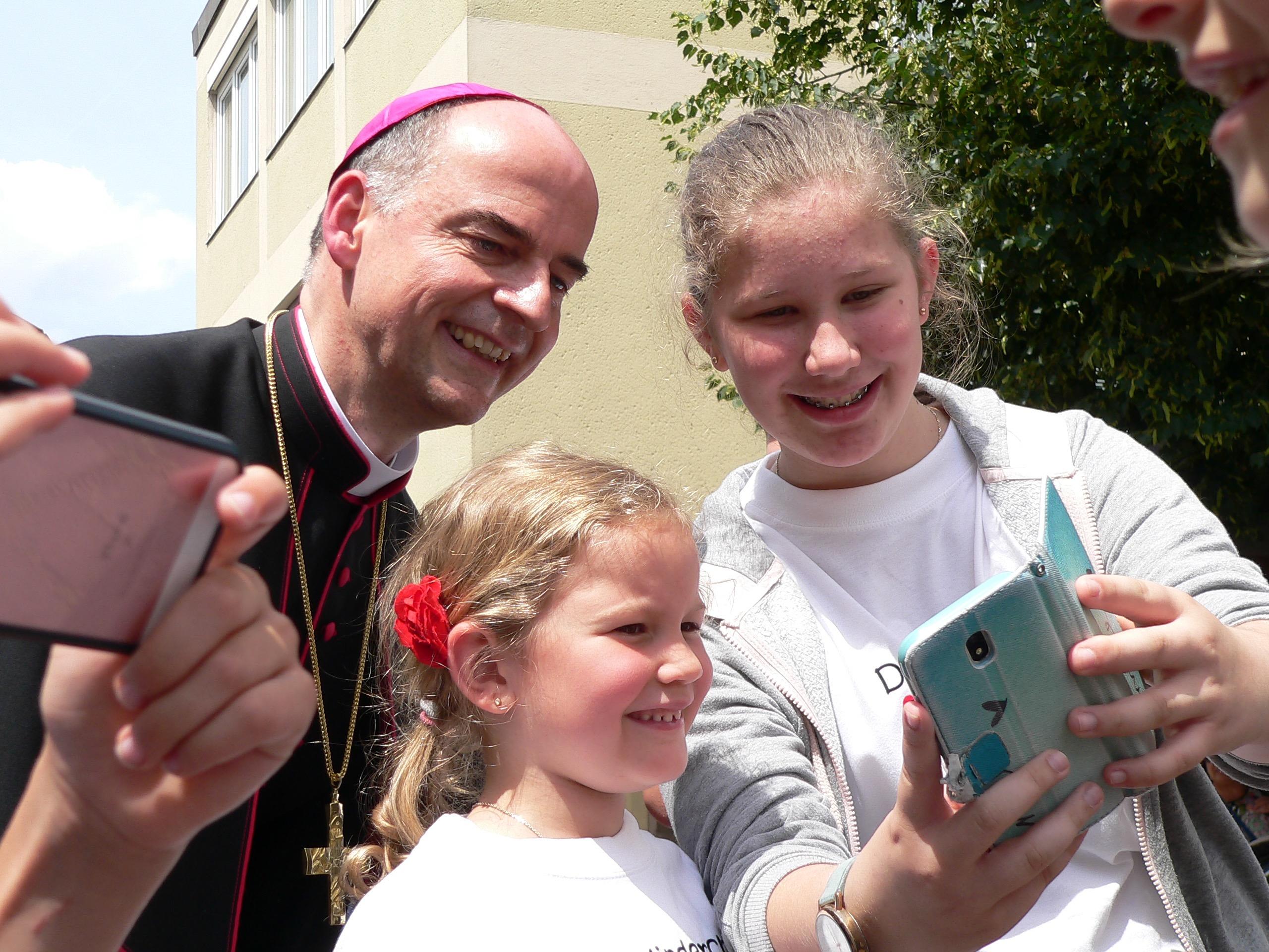Bischof Franz Jung steht für ganz viele Selfies zur Verfügung | Foto: B. Schneider