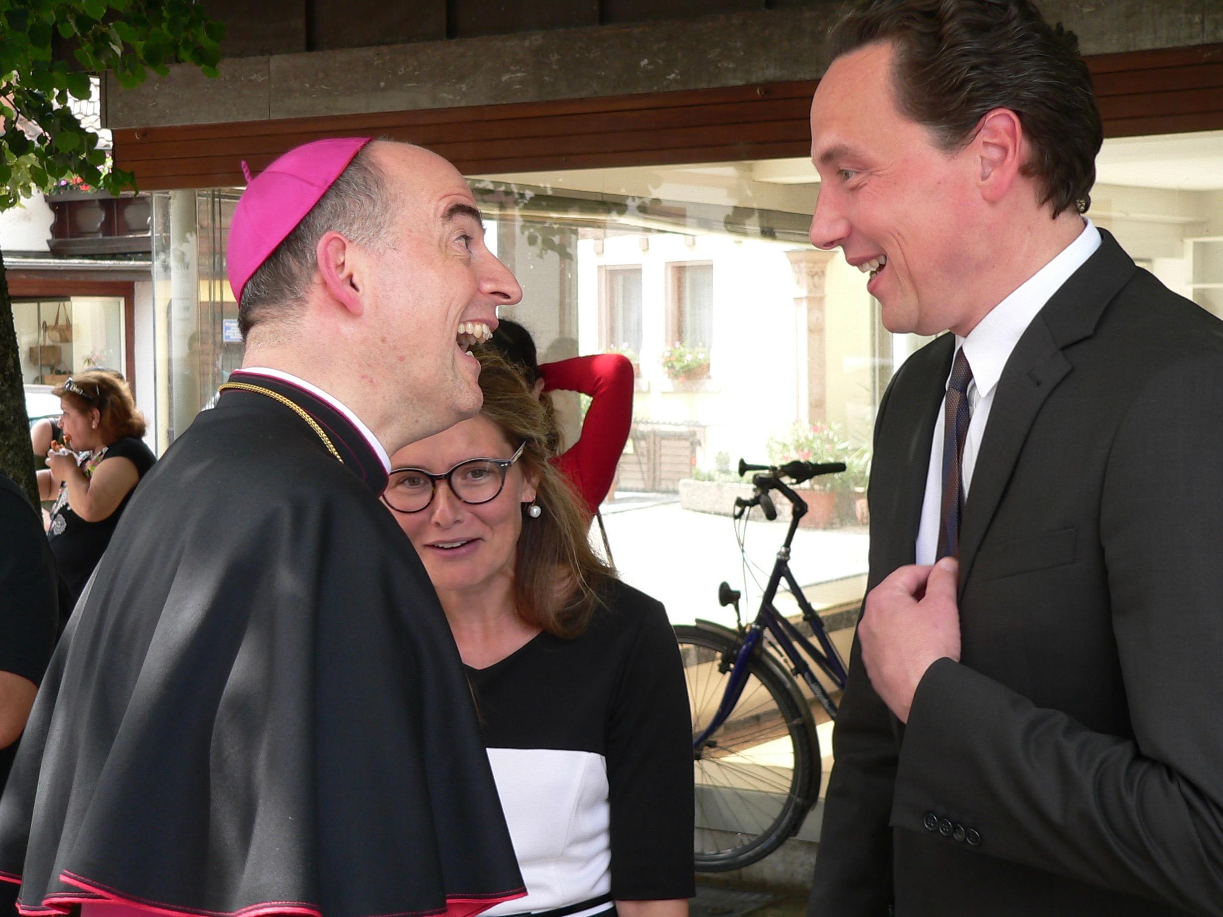 Bischof Dr. Franz Jung scheint zum Scherzen aufgelegt, als ihn Lohrs Bürgermeister Dr. Mario Paul und Main-Spessarts stellvertretende Landrätin Sabine Sitter herzlich willkommen heißen. | Foto: B. Schneider