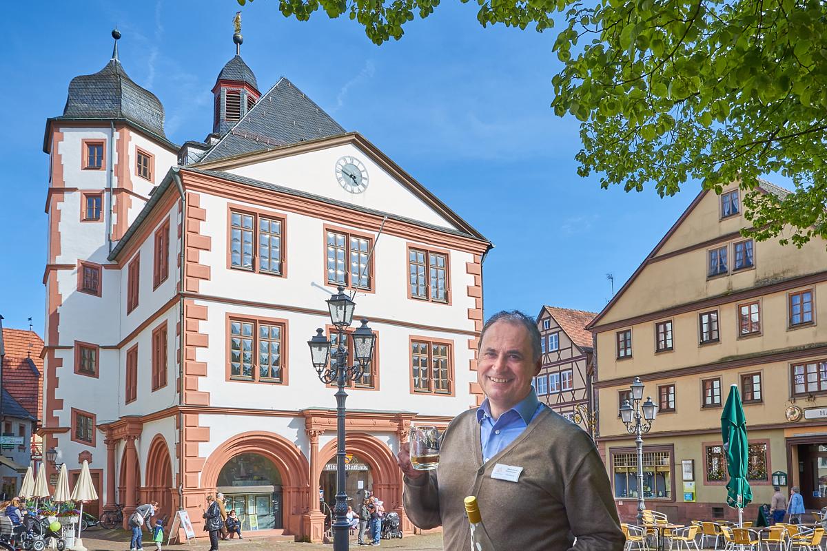 Gästeführer Bernhard Schneider serviert Lohrer Leckereien. | Foto: Martin Schneider