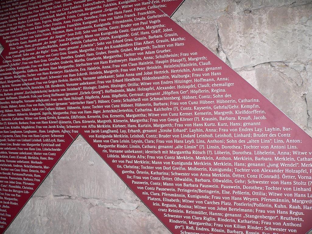Erschreckend deutlich wird im Zeiler Hexenturm, wie viele Menschen von der Willkür der Gerichte getroffen wurden. – Namen, die auch heute in der Bevölkerung zu finden sind. | Foto: B. Schneider