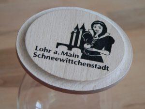 Passt auf die allermeisten Gläser und Krüge - der Schneewittchen-Holzdeckel. Foto: B. Schneider