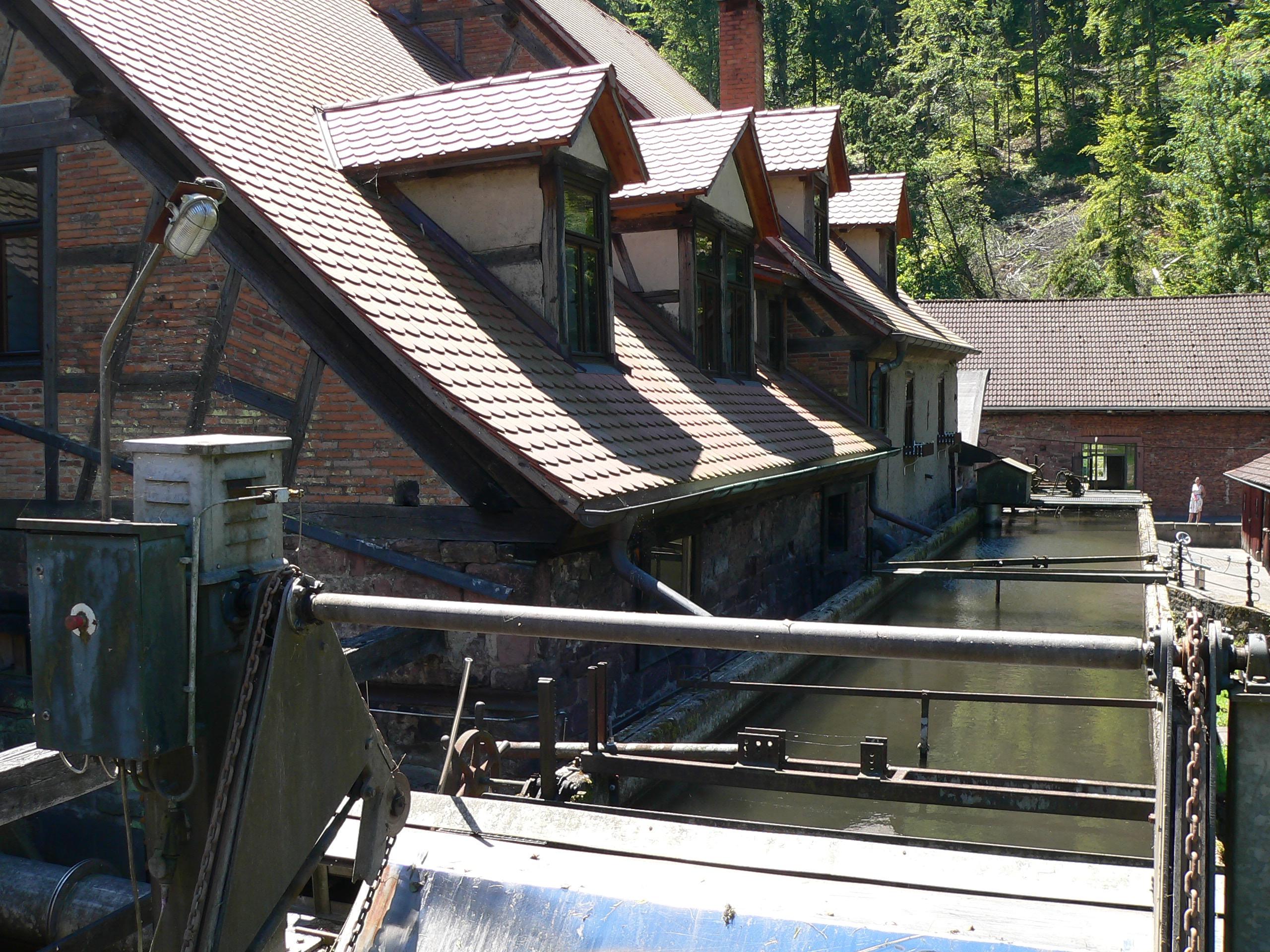 Der Wasserbau des Eisenhammers bringt je nach Witterung zwischen 400 und 800 Liter Wasser in der Sekunde und sorgt dafür, dass die Walzen sich drehen und deren Noppen die Schlaghämmer aufwerfen. | Foto: B. Schneider