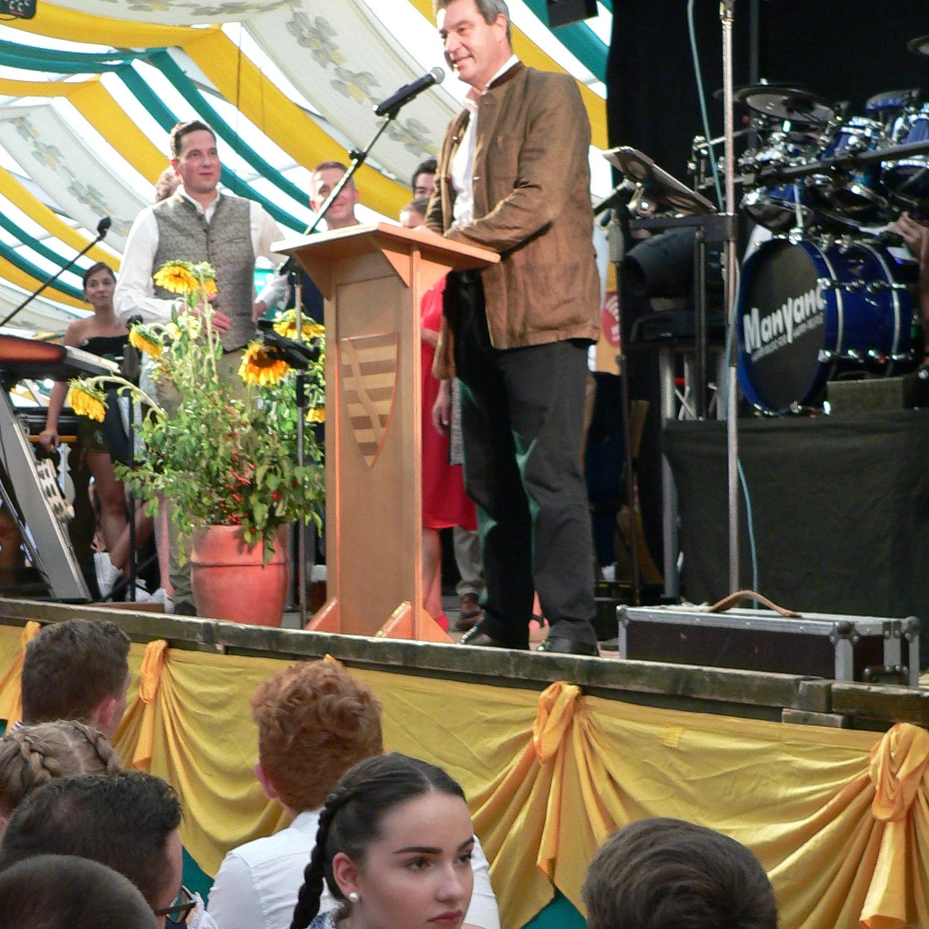 Ministerpräsident Söder im Zelt der Lohrer Spessartfestwoche. | Foto: B. Schneider
