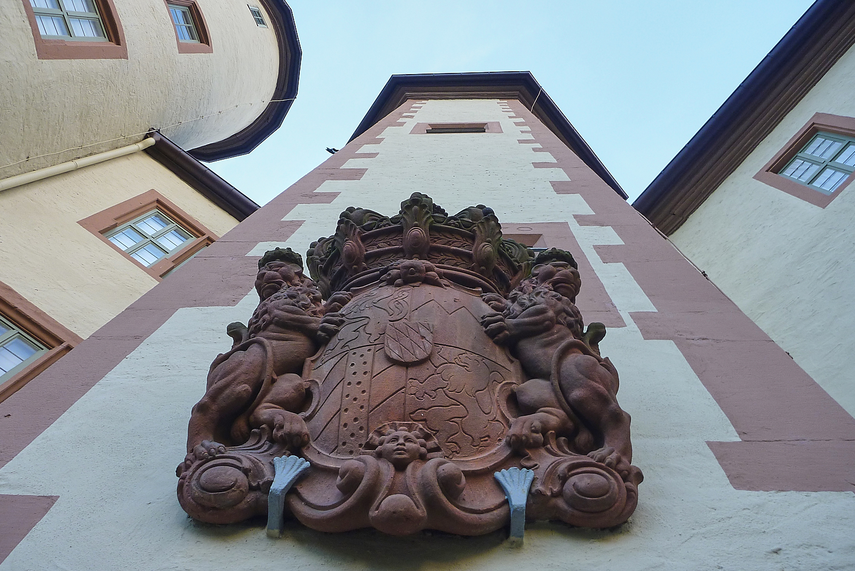Treppenturm des Lohrer Schlosses mit fürstbischöflichem Wappen. | Foto: B. Schneider