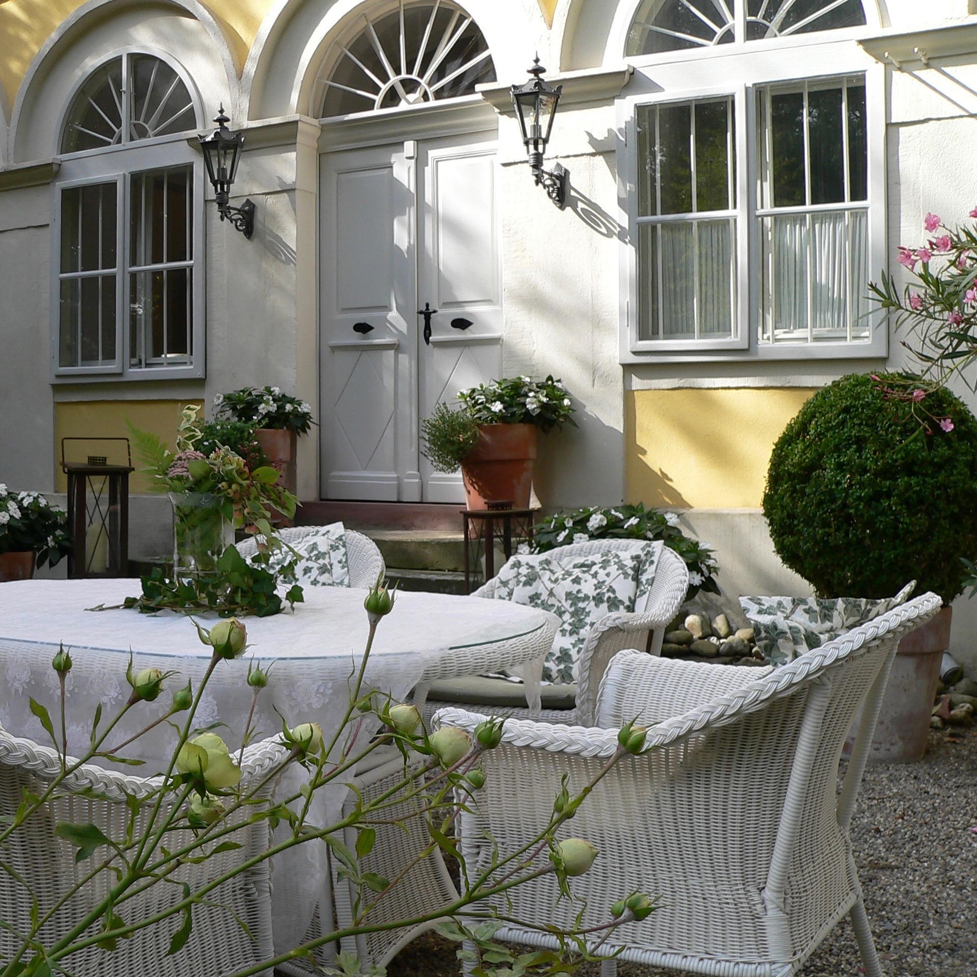 Kaffeetisch auf der Terrasse des Uettinger Schlosses ...