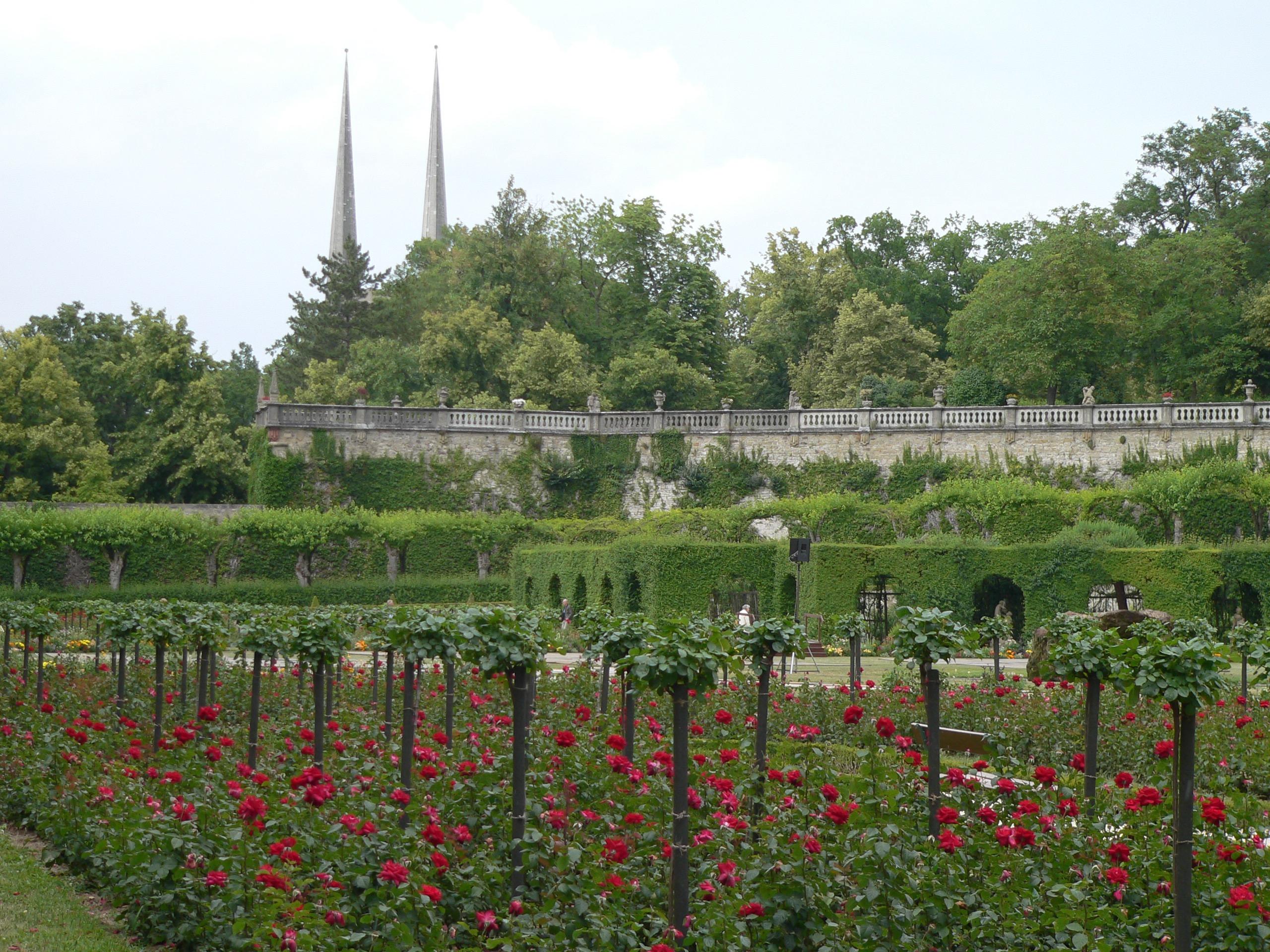 Blumenrabatten im Südgarten. | Foto: B. Schneider