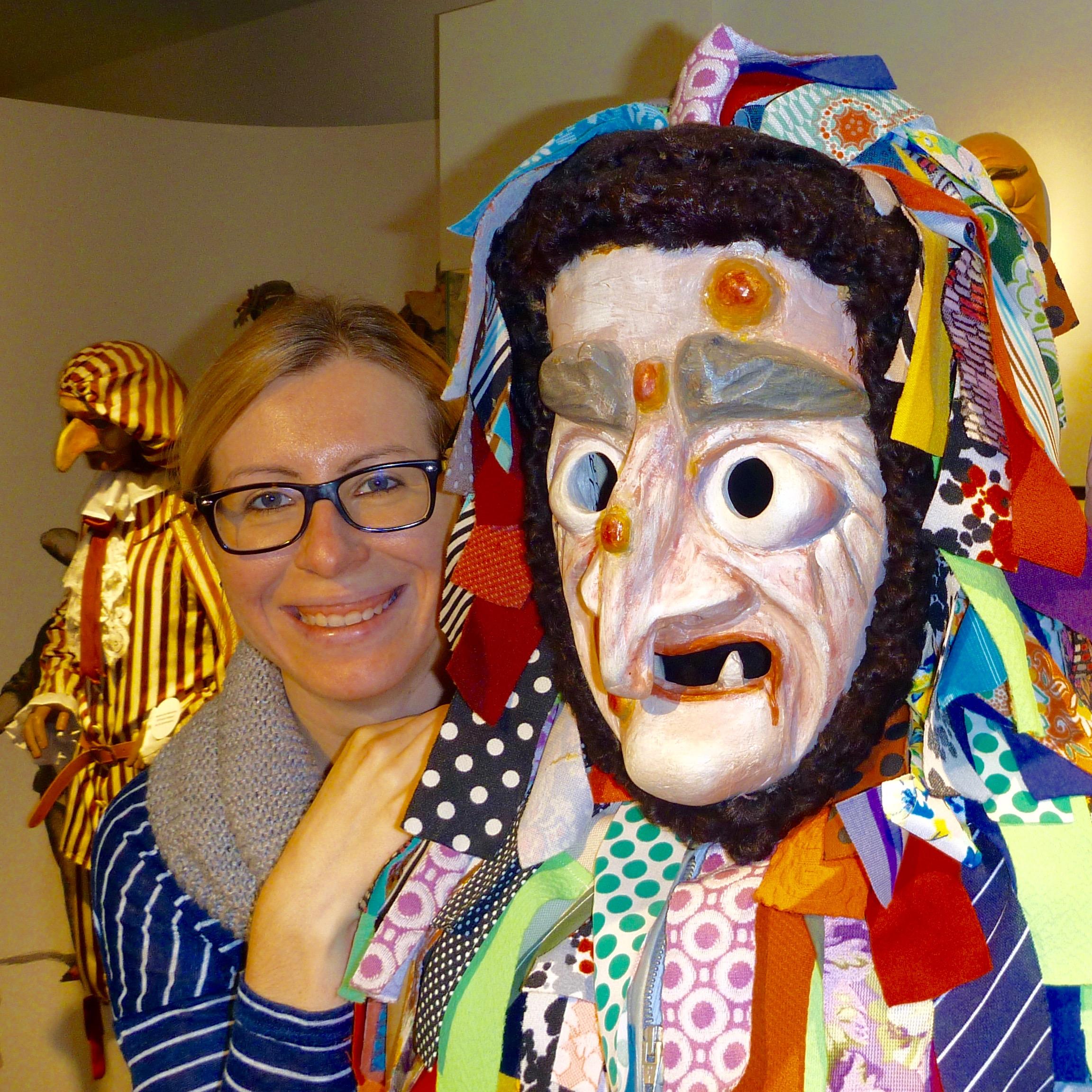 Daniela Sandner, Leiterin des Deutschen Fastnachtmuseums, mit einer Allersberger Flecklashex. | Foto: B. Schneider