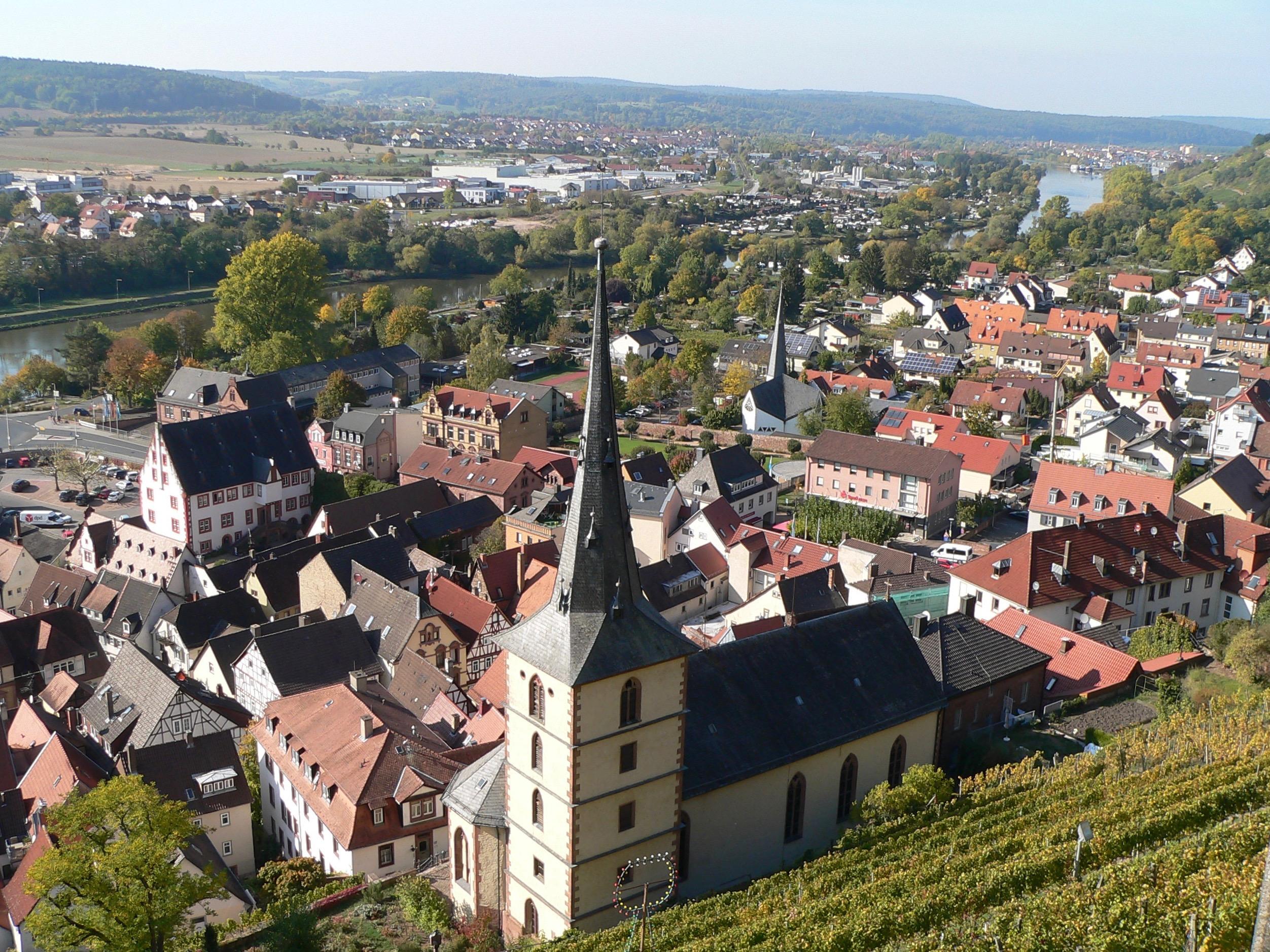 Unterhalb des Schlossbergs und der Clingenburg schmiegt sich die malerische Stadt Klingenberg ins Maintal. | Foto: B. Schneider