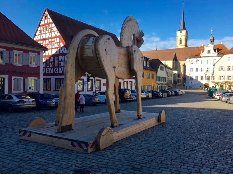 Trojanisches Pferd auf dem Marktplatz von Iphofen. | Foto: B. Schneider
