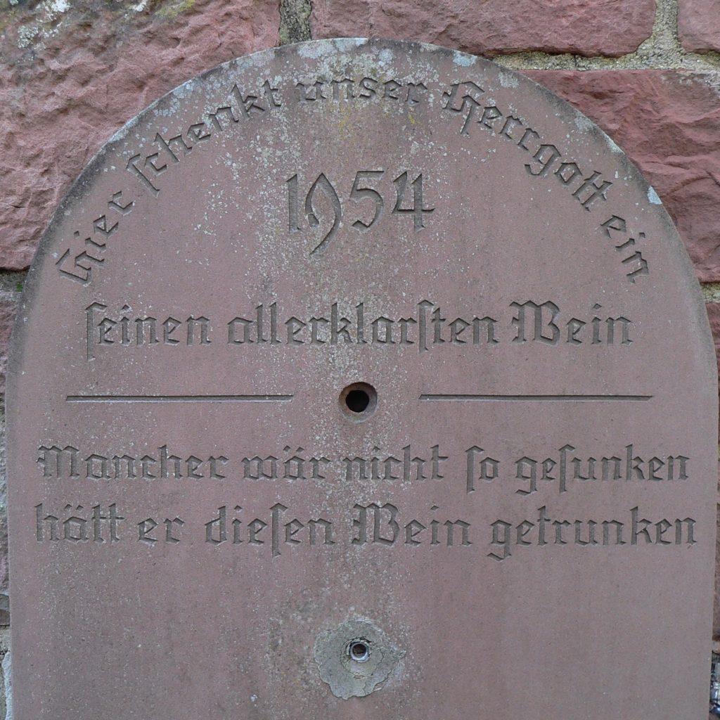 Werbung für klares Wasser an einem inzwischen stillgelegten Brunnen in der Altstadt von Rothenfels. | Foto: B. Schneider
