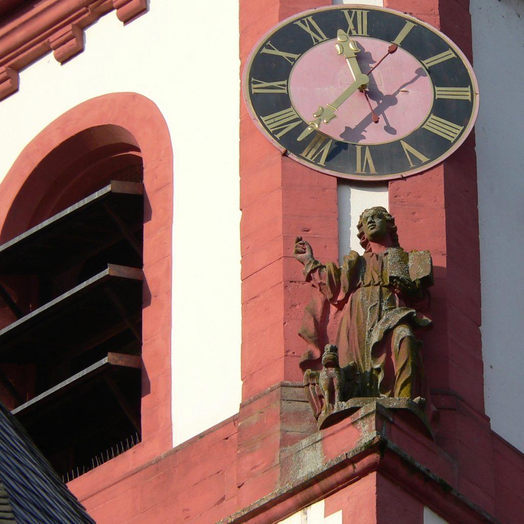 Was die Stunde geschlagen hat, lässt sich gut an der Turmuhr der katholischen Pfarrkirche in Rothenfels ablesen. | Foto: B. Schneider