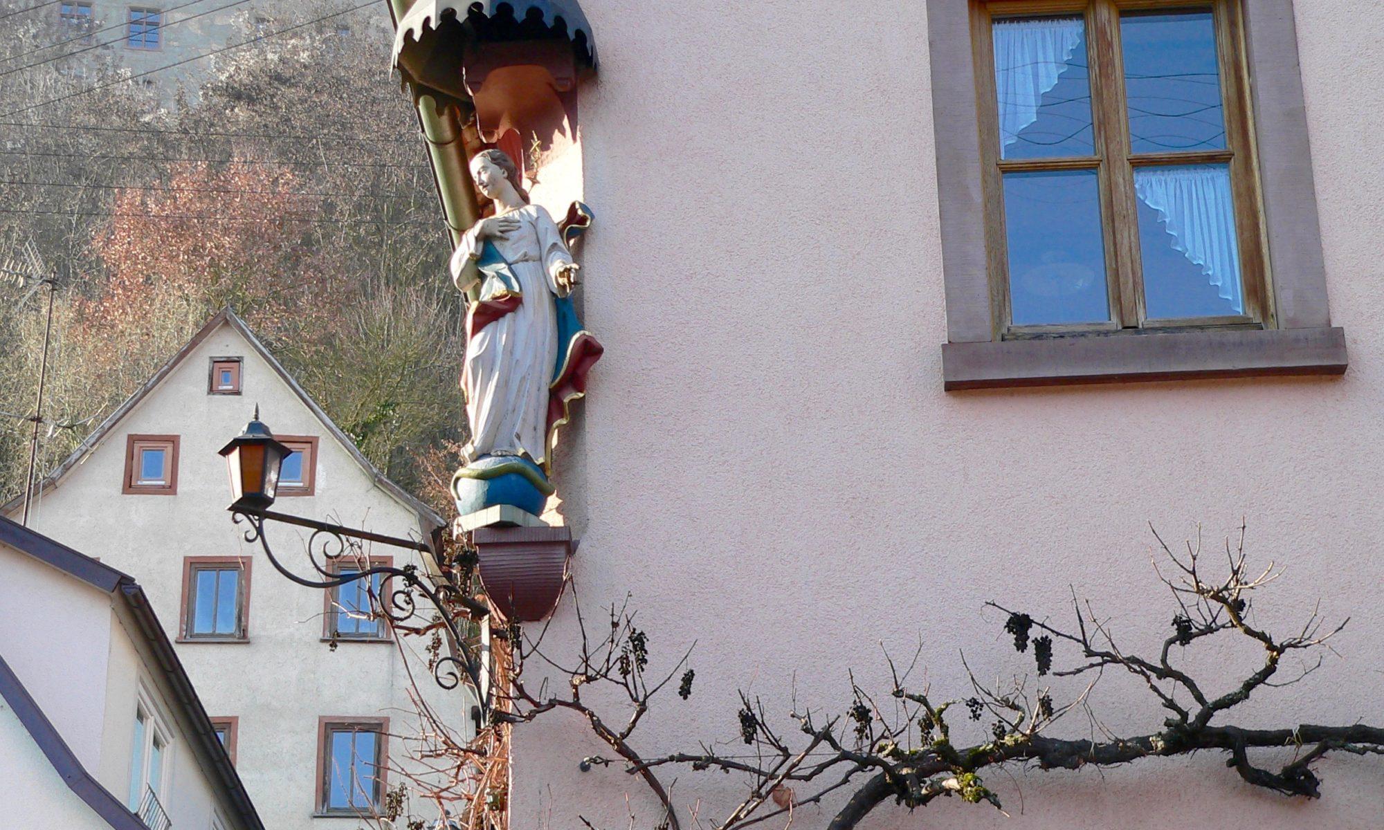 Vergessene Träubel in der Hauptstraße von Rothenfels. | Foto: B. Schneider