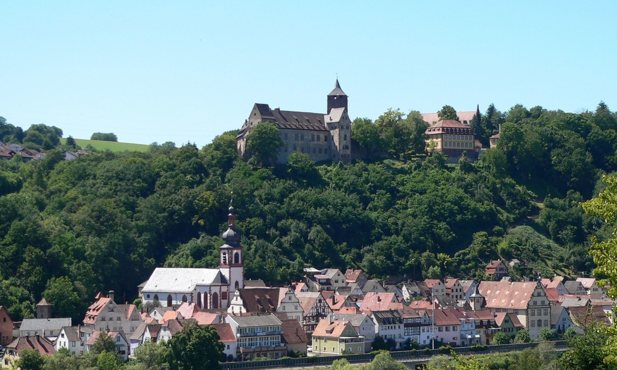 Die Burg Rothenfels krönt quasi die kleinste Stadt Bayerns mit ihrem mittelalterlich geprägten Ortsbild. | Foto: B. Schneider
