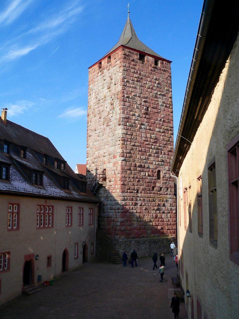 Vom Innenhof der Burg Rothenfels kann man auf den Bergfried steigen und von dort oben das Maintal überblicken. | Foto: B. Schneider