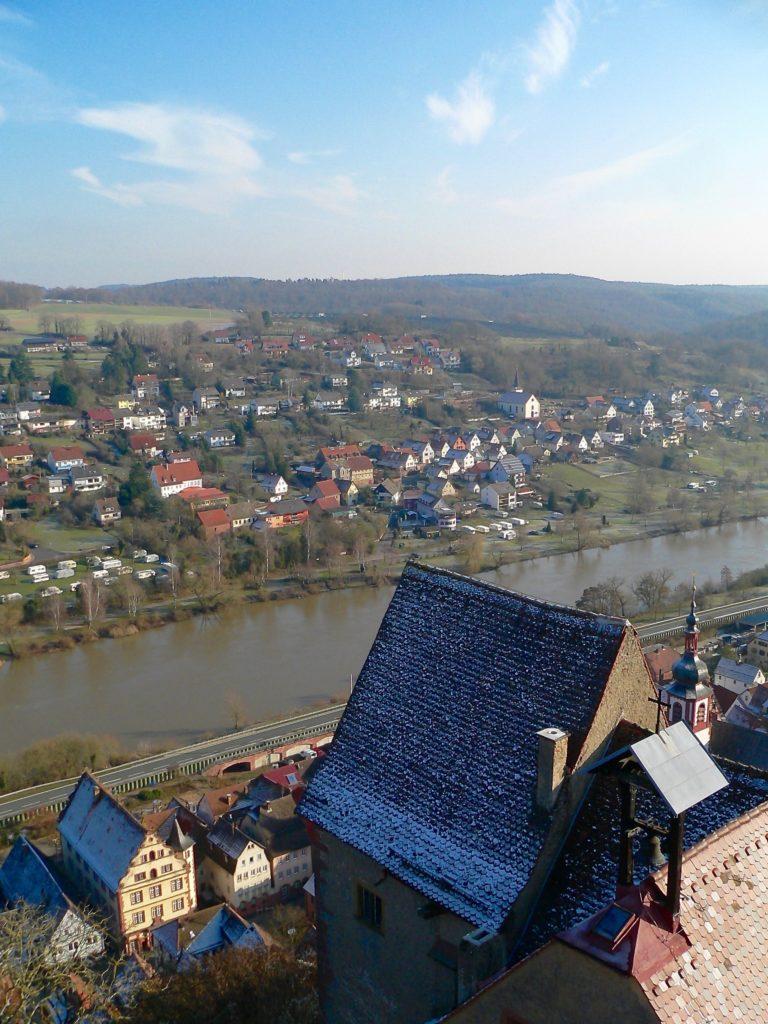 Vom 26 Meter hohen Bergfried aus dem 12. Jahrhundert geht der Blick über den Ostpalas mit der Burgkapelle hinunter ins Maintal und weit ins Umland. | Foto: B. Schneider