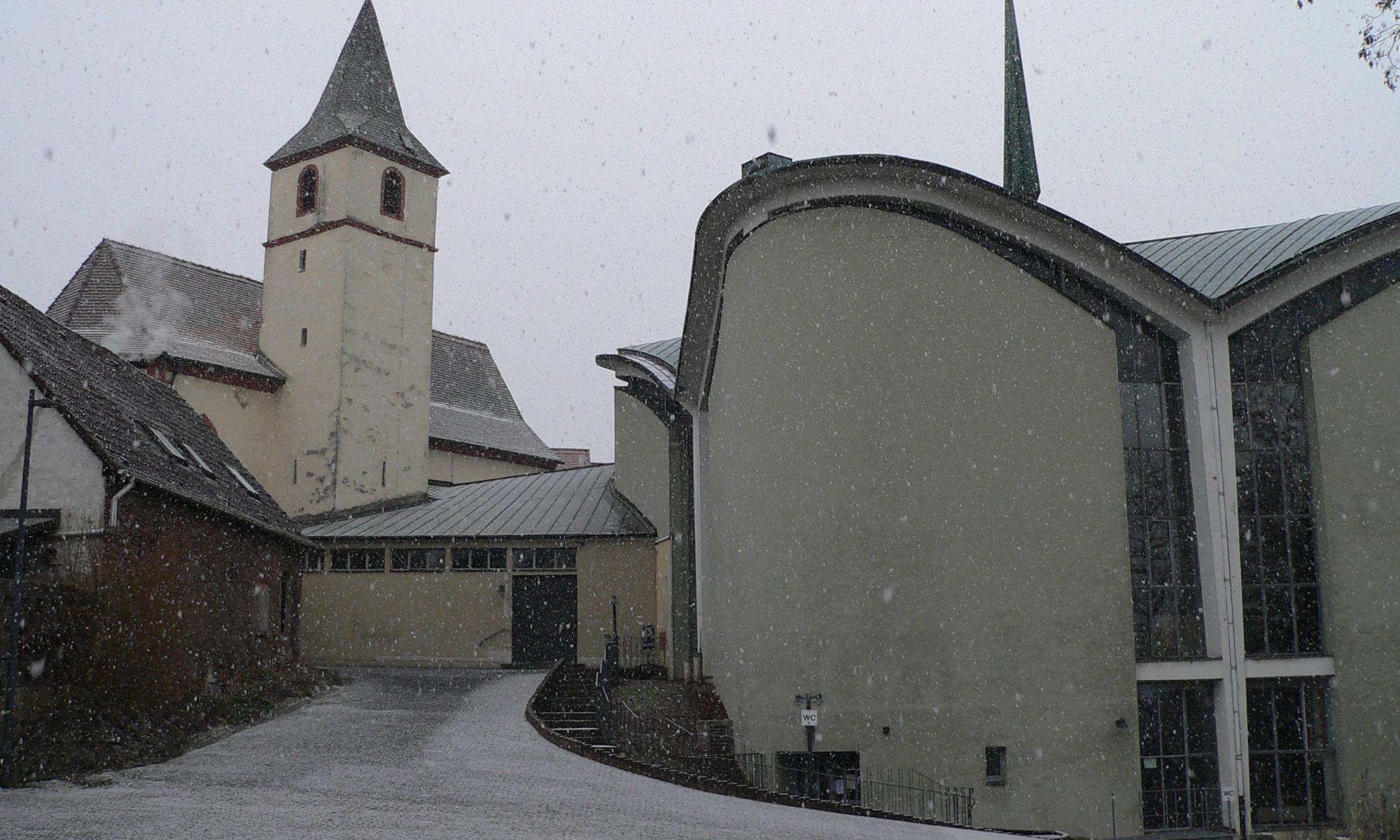 Schneegestöber an der Wallfahrtskirche von Kälberau zeugt davon, dass die Kirchenpatronin zur Recht Maria zum rauen Wind genannt wird. | Foto: B. Schneider