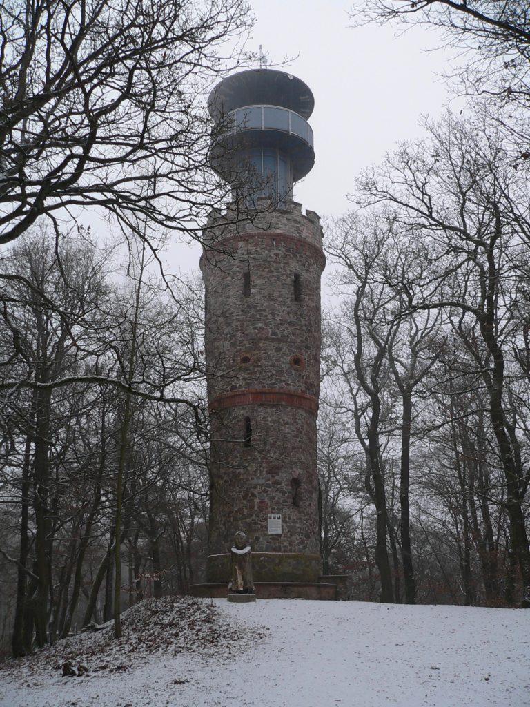 Auf dem Hahnenkamm, dem Hausberg von Alzenau, erhebt sich seit 1880 der Ludwigsturm. | Foto: B. Schneider