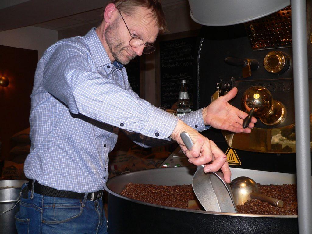 Hans-Jürgen Fehre betreibt in Schöllkrippen die 1. Kahlgründer Kaffeerösterei. | Foto: B. Schneider