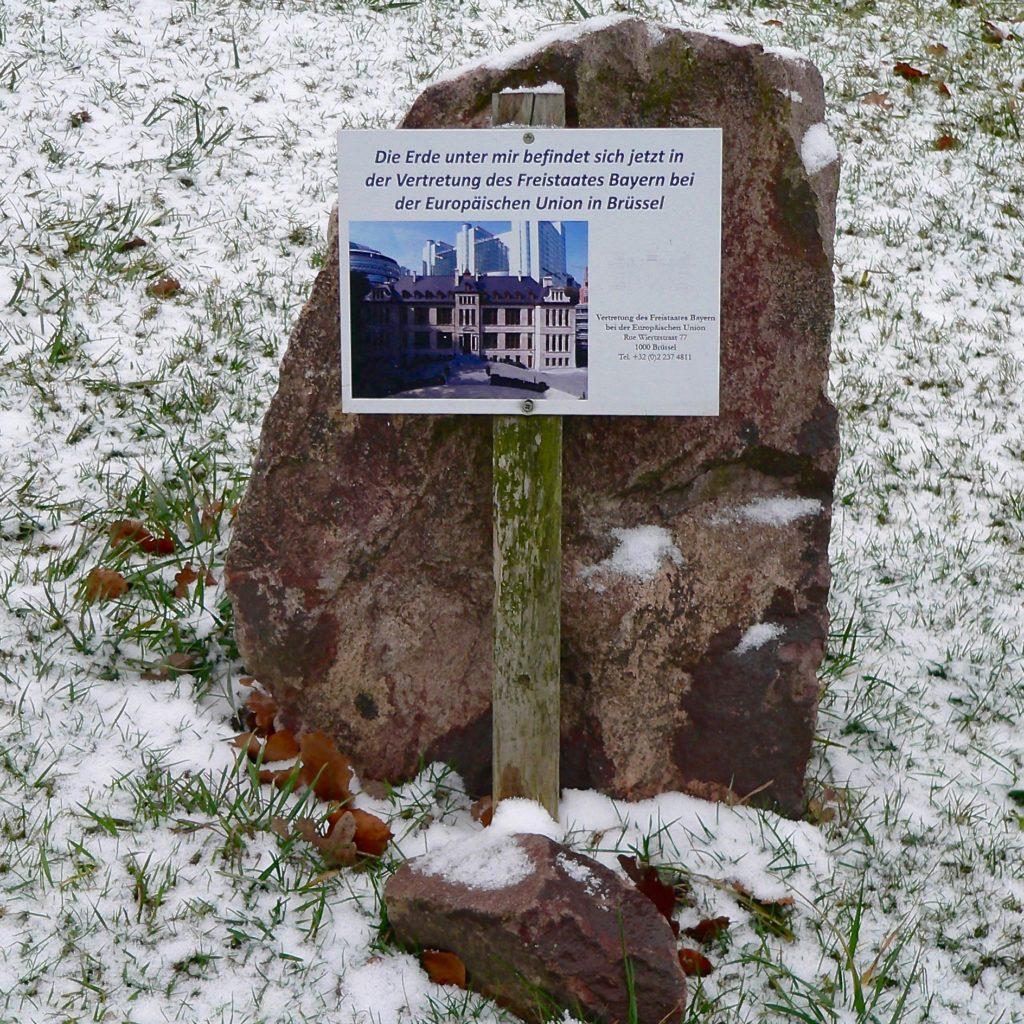 Erde vom fränkischen EU-Mittelpunkt wird in der bayerischen Vertretung in Brüssel verwahrt. | Foto: B. Schneider