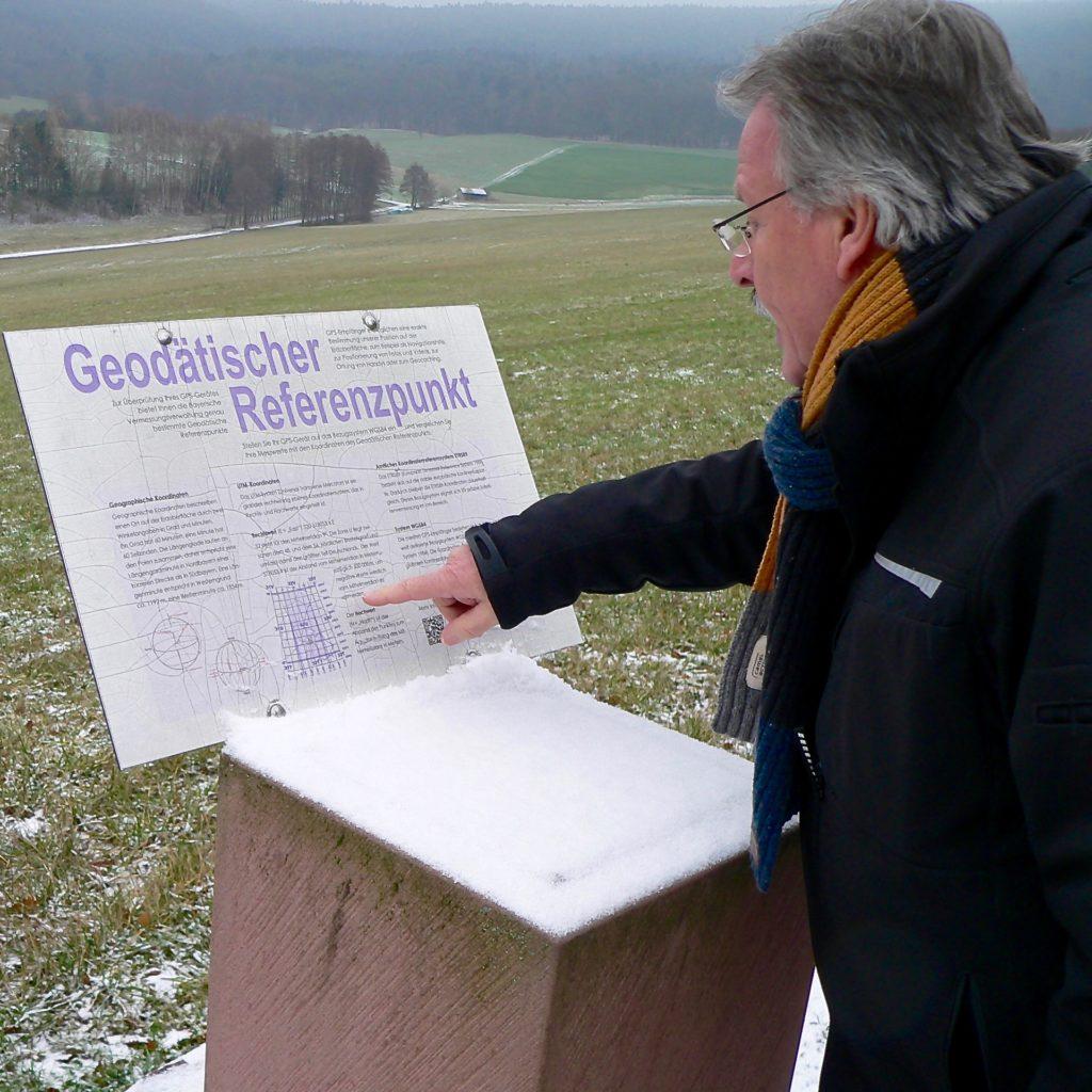 Der geodätische Referenzpunkt für die EU-Mitte ist exakt bei 9 Grad 15 Minuten östlicher Länge und 50 Grad 7 Minuten nördlicher Breite. | Foto: B. Schneider