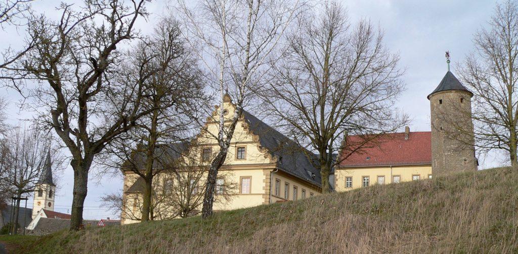 Das Auber Schloss thront auf dem höchsten Punkt der Stadt. Da es als Flüchtlingsunterkunft dient, kann es nicht besichtigt werden. | Foto: B. Schneider