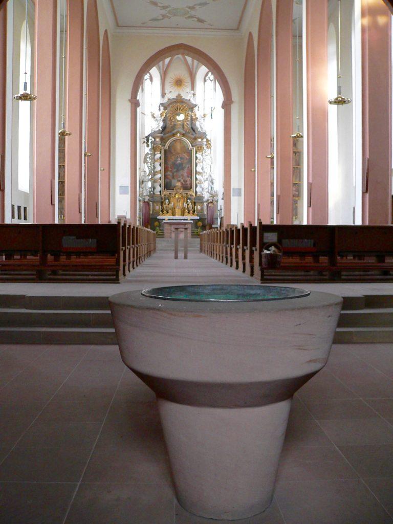 Bezogen auf die Größe der Stadt Aub hat die Pfarrkirche Maria Himmelfahrt enorme Ausmaße. | Foto: B. Schneider