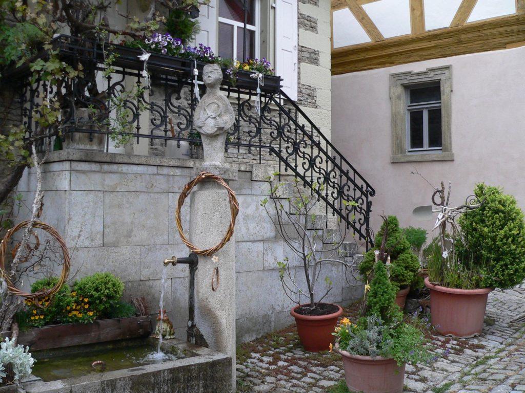 Standbilder und Brunnen erinnern in der Altstadt von Arnstein an die Versorgung der Bevölkerung unter anderem durch die Bäcker (und auf dem Schweinemarkt auch durch die Viehhändler). | Foto: B. Schneider