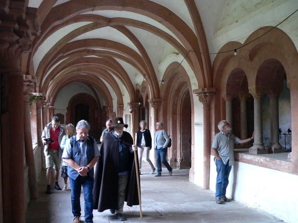 Gäste gehen im Kreuzgang nahe an der Wand, denn in der Mitte befinden sich unter den Steinplatten Mönchsgräber. | Foto: B. Schneider