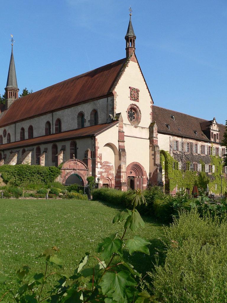 In der Orangerie werden feine regionale Speisen serviert. Davor liegt der bunte Kräutergarten. Und von hier genießt man die schönste Aussicht auf die Hauptgebäude der umfangreichen Anlage: Klosterkirche und Prälatenbau. | Foto: B. Schneider