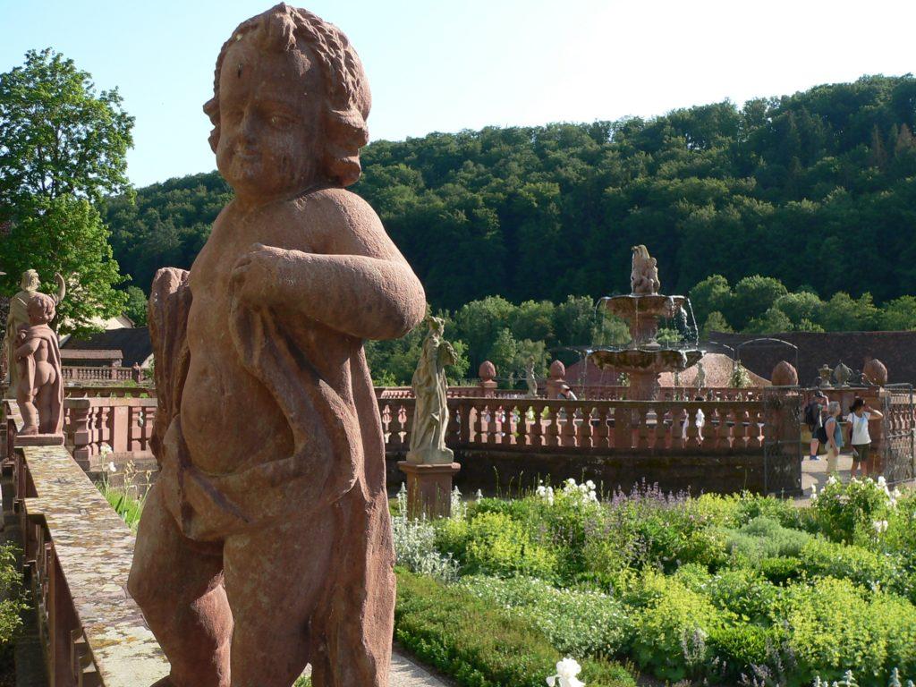 Der einst verschüttete und jetzt aufwendig sanierte barocke Abteigarten mit originalem Figurenbestand wurde 2017 wiedereröffnet. Um das gegenüberliegende Ökonomiegebäude und den Fruchtspeicher in eine Eingangshalle mit Rezeption sowie in Hotelzimmer umzubauen, hat der Main-Tauber-Kreis als Eigentümer unlängst mehr als sechs Millionen Euro freigegeben. | Foto: B. Schneider