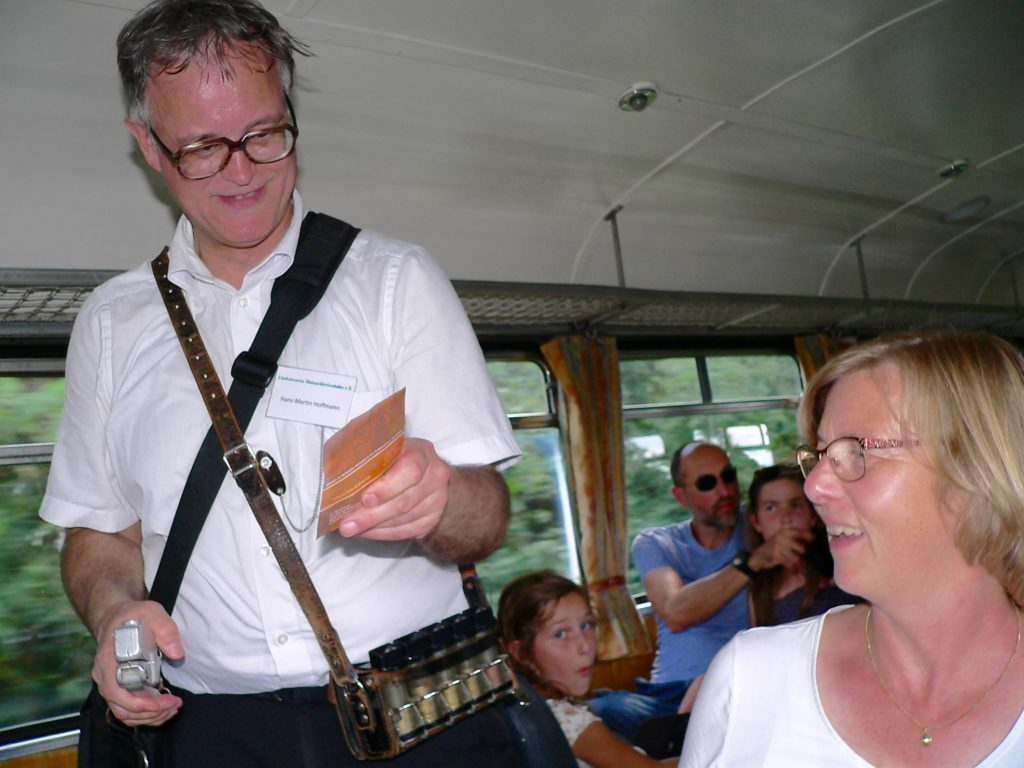 Fahrkartenkontrolle - durch Zugleiter Hans-Martin Hoffmann.