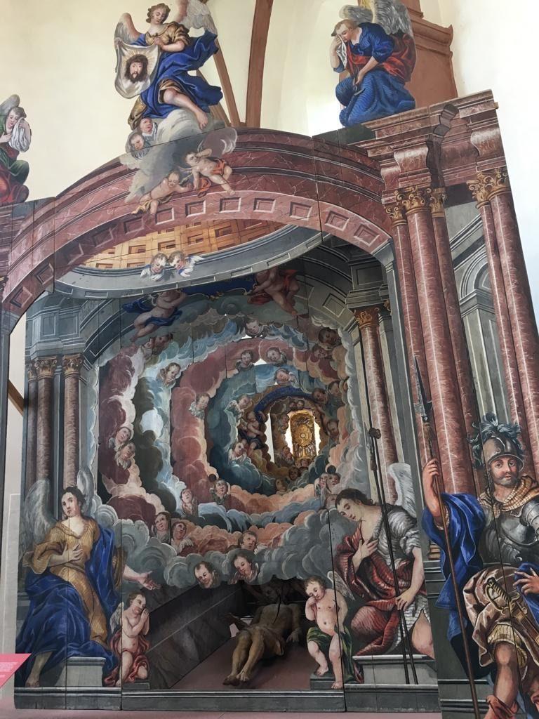 """Bei jeder Witterung lohnt sich ein Rundgang durch die klimatisierten 17 Räume des diözesanen Museums in der Astheimer Kartause, wo es unter anderem dieses heilige Grab (aus Kleineibstadt und Karsbach) als """"Kulissentheater"""" zu entdecken gibt."""