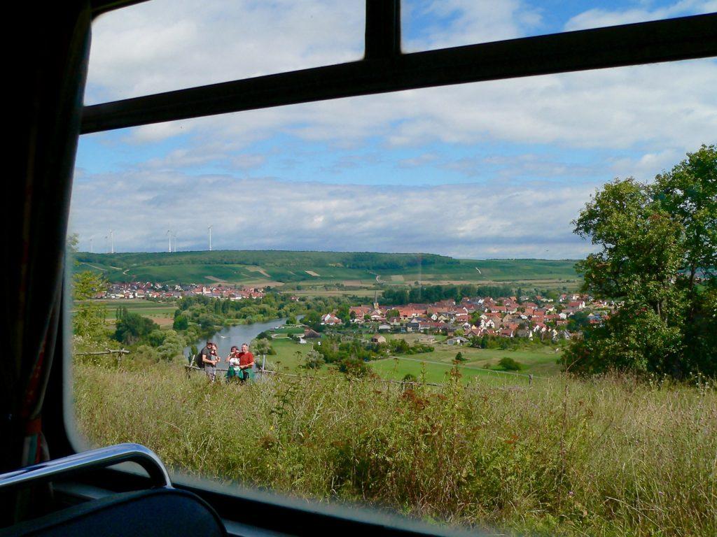 Herrliche Ausblicke tun sich links und rechts der Strecke auf, zum Beispiel auf Kaltenhausen und Fahr.