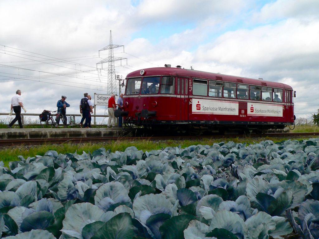 Die romantische Zugtour beginnt inmitten von Kräutäckern ...