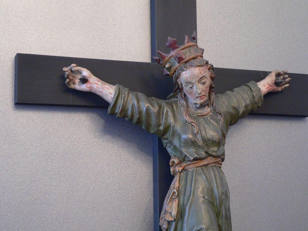 Ein seltenes Kruzifix in der Ausstellung von Schloss Oberschwappach. Bestück ist sie mit rund 130 Kunstwerken aus den Sammlungen der Diözese Würzburg. | Foto: B. Schneider