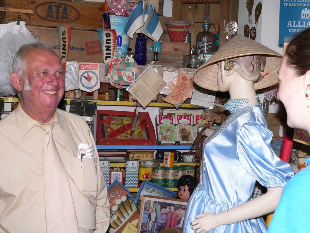 Es wirkt, als gäbe es nichts, das es in Heinz Braunreuthers Nostalgiemuseum nicht gibt. Und zu jedem Exponat weiß der leidenschaftliche Sammler etwas zu berichten. | Fotos: B. Schneider