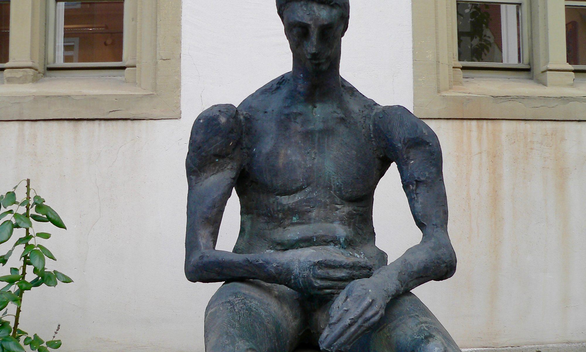Der Nackte mit vorgehaltener Hand in Mellrichstadt vor der Kreisgalerie. | Foto: B. Schneider