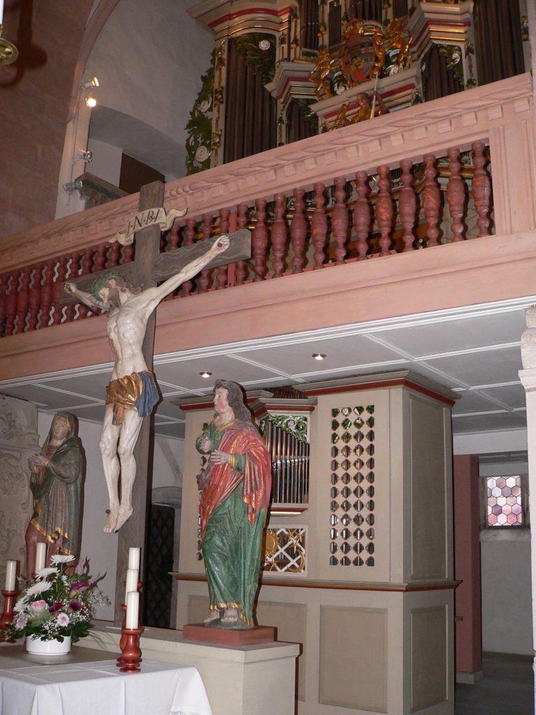 Noch aus katholischen Zeiten stammt in der evangelischen Michaelskirche der Altar mit der Mutter und dem Lieblingsjünger unter dem Kreuz Jesu. Dahinter als Reminiszenz an die rund 400-jährige Ostheimer Orgelbautradition ein außergewöhnliches Doppelinstrument auf zwei Etagen. | Foto: B. Schneider