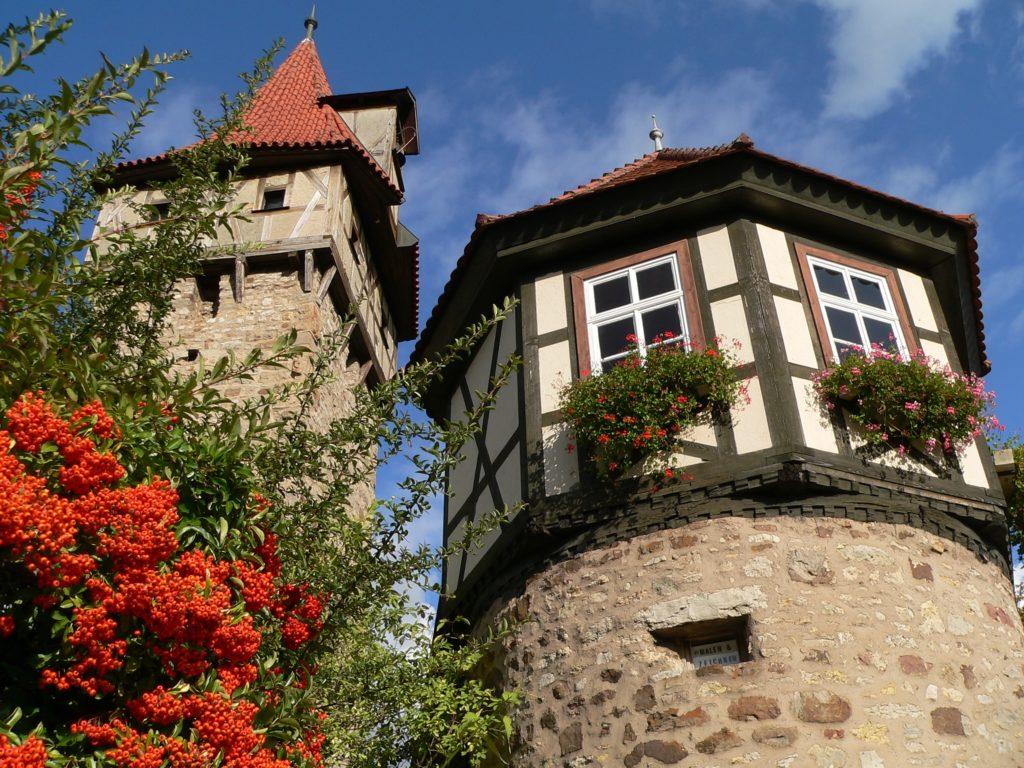Zwei von insgesamt sechs Türmen der Ostheimer Kirchenburg: Waagglockenturm mit der ältesten Uhr der Stadt und Wächterturm. | Foto: B. Schneider