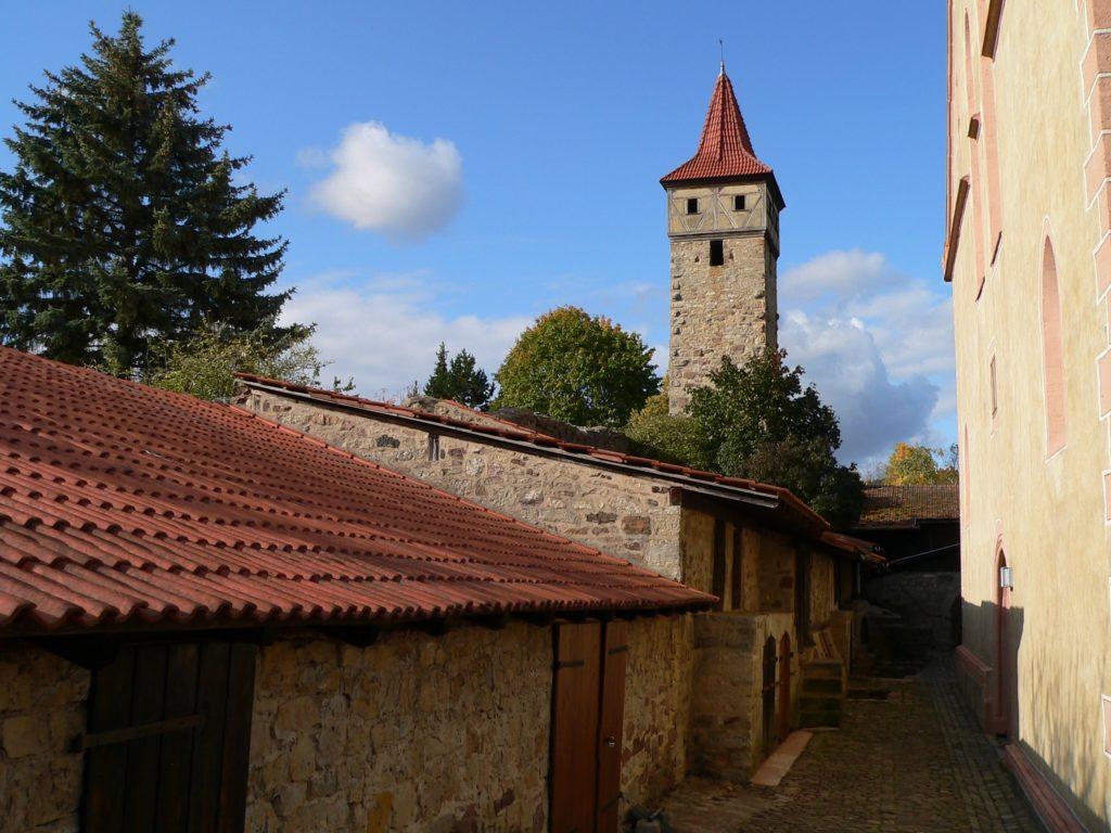 In Kriegszeiten fanden die Bewohner von Ostheim vor der Rhön Schutz in den steinernen Gaden der Kirchenburg. | Foto: B. Schneider