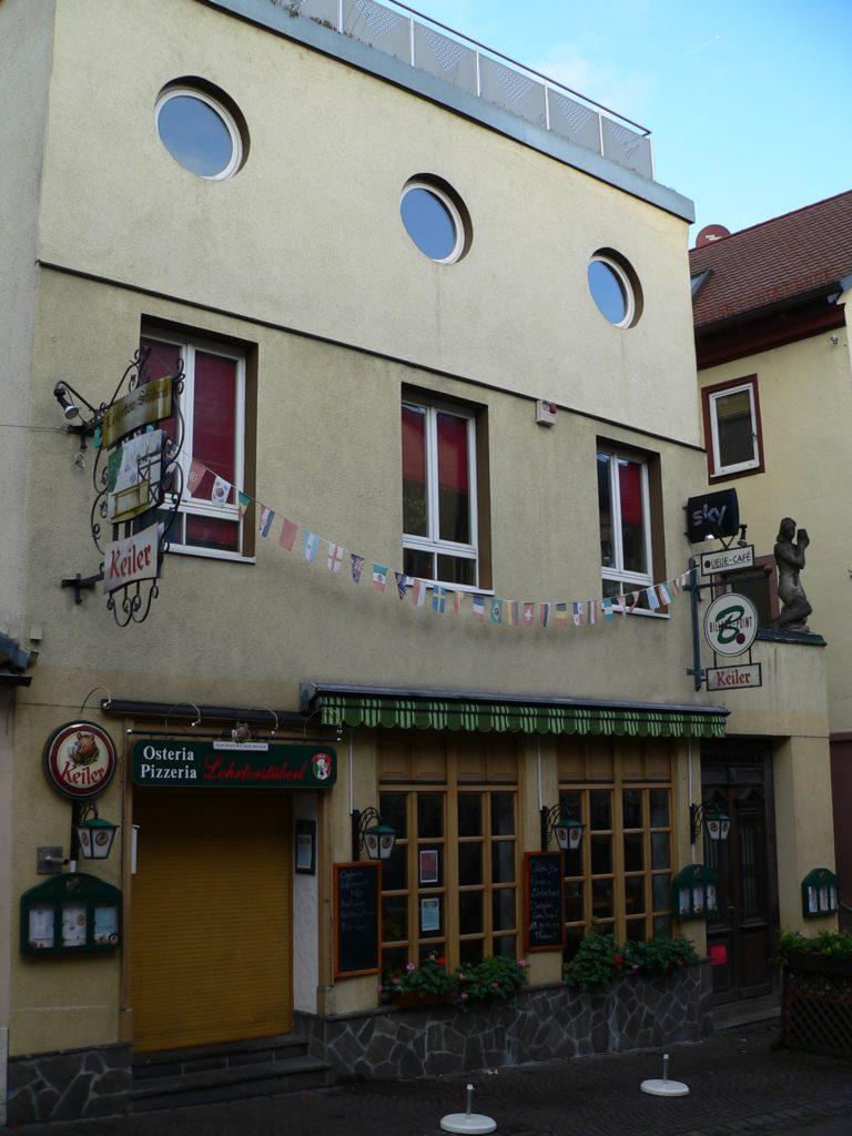 Das Ateliergebäude von Hermann Amrhein ist das einzige im Bauhausstil in der Lohrer Altstadt. Da der Bildhauer der Meinung war, dass man in einer Kleinstadt vom Verkauf von Kunstwerken allein nicht leben könne, hatte er aus Worpswede die Idee mitgebracht, den Galeriebetrieb mit einem Kaffeehaus zu verbinden. Das Bezirksamt verweigerte die Genehmigung. Amrhein baute um: Bis 1965 war hier das LoLi – das Lohrer Lichtspielhaus. | Foto: B. Schneider